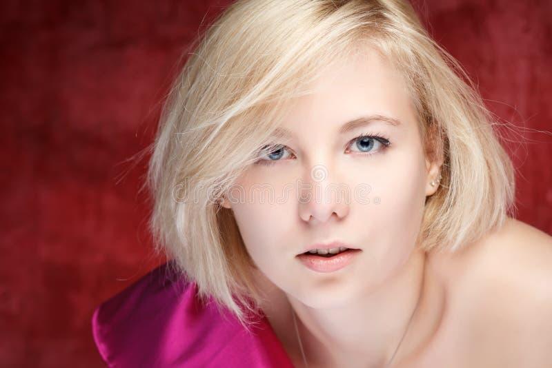 Mulher bonita do retrato no vestido na parede do grunge fotografia de stock royalty free