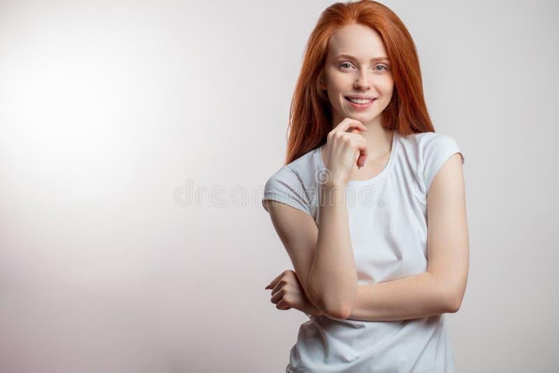 Mulher bonita do ruivo com cabelo longo sobre o fundo branco imagens de stock royalty free