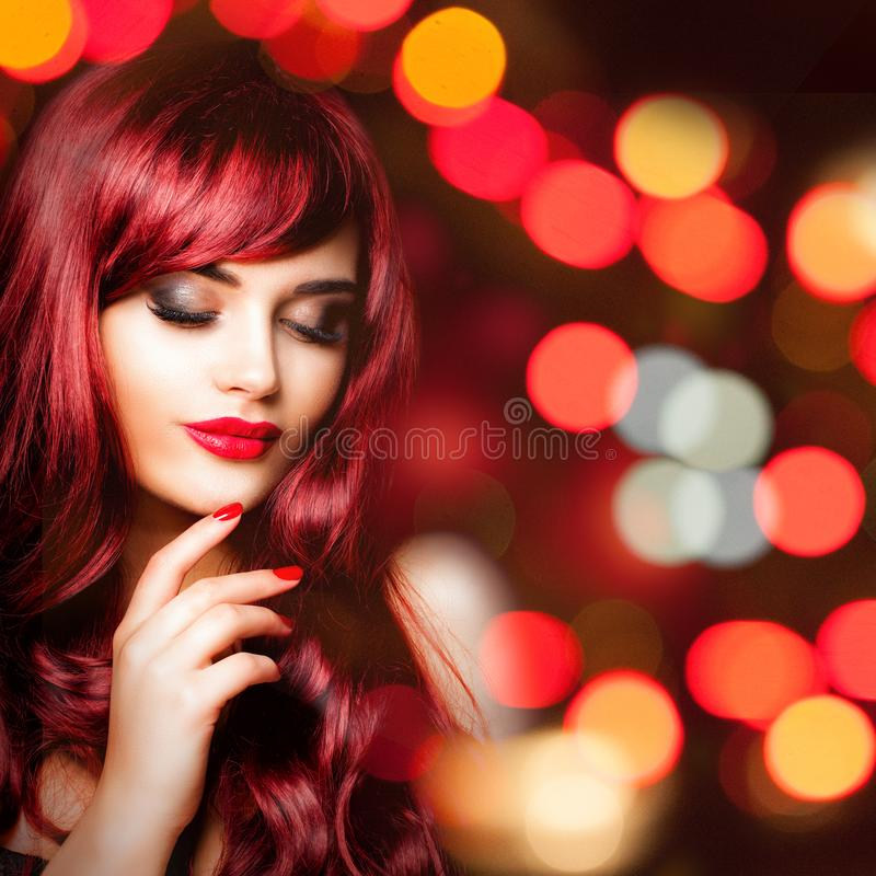 Mulher bonita do ruivo com cabelo ondulado longo no bokeh noturno foto de stock royalty free