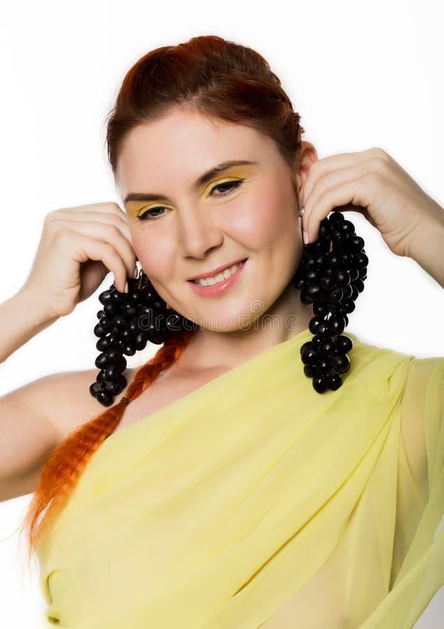 Mulher bonita do ruivo com uvas pretas Conceito de comer saudável imagem de stock royalty free