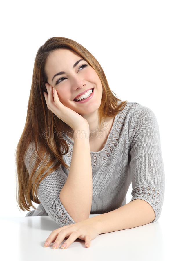 Mulher bonita do sonhador que pensa e que sonha a vista lateralmente imagens de stock