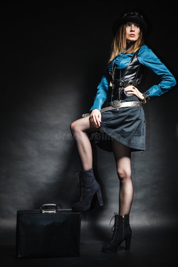 Mulher bonita do steampunk com o saco no preto imagens de stock royalty free