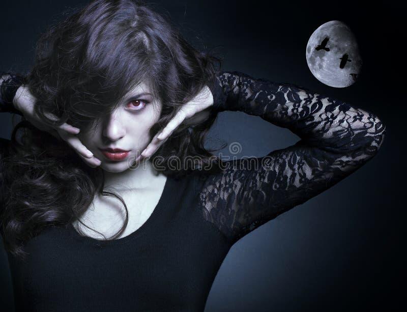 Mulher bonita do vampiro fotografia de stock