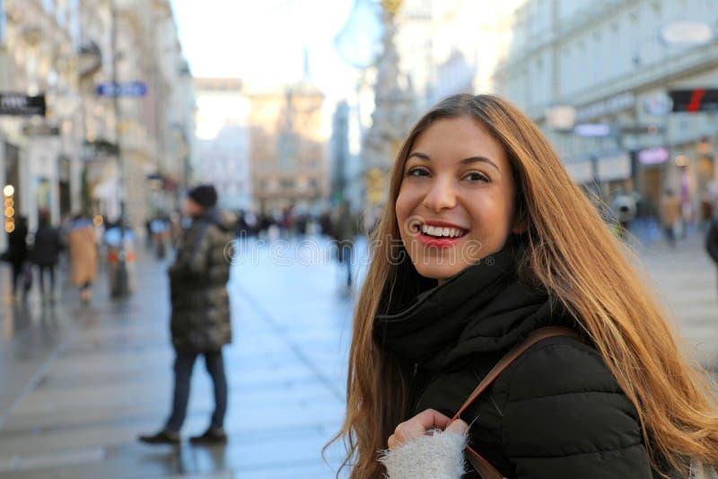 Mulher bonita do viajante na rua principal de Graben no centro de Viena, Áustria fotos de stock
