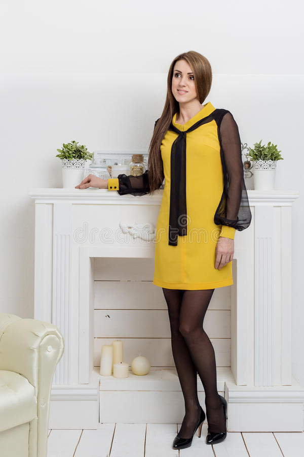 A mulher bonita dos beznes das mostras da moça anuncia o estilo do negócio do catálogo da roupa no estúdio claro brilhante fotos de stock