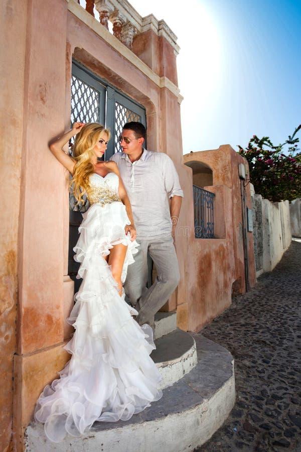 A mulher bonita dos pares novos bonitos do homem considerável em relação ao grego bonito imagem de stock royalty free
