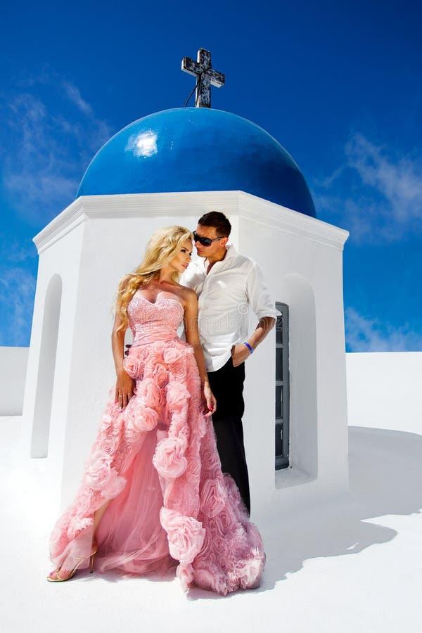 A mulher bonita dos pares novos bonitos do homem considerável em relação ao grego bonito imagens de stock royalty free