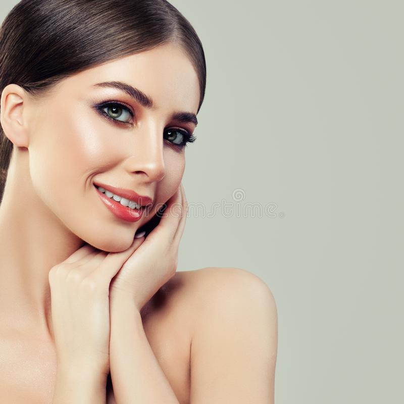 Mulher bonita dos termas em Grey Background Beleza dos termas, cuidados com a pele fotos de stock royalty free