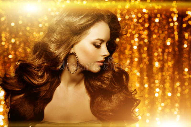 Mulher bonita dourada da forma, modelo com v longo saudável brilhante fotografia de stock
