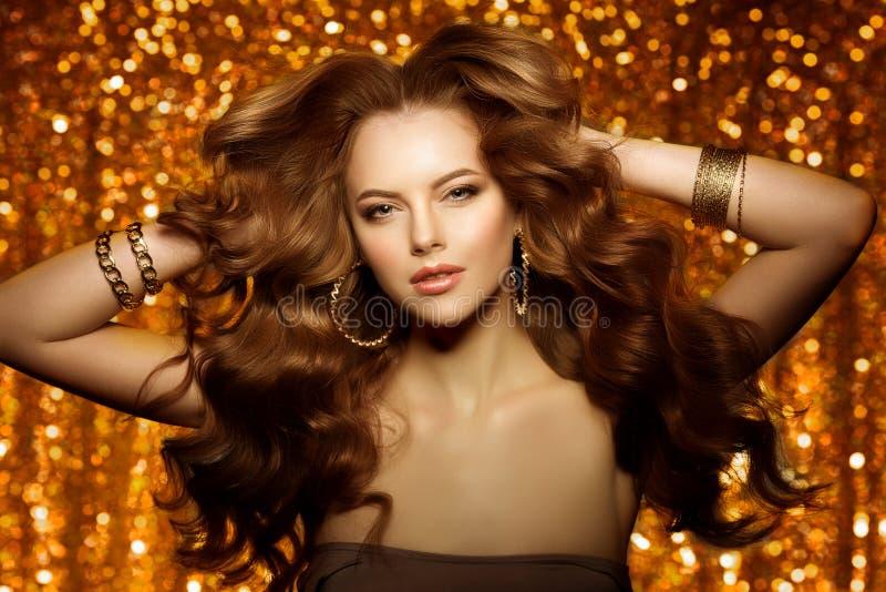 Mulher bonita dourada da forma, modelo com v longo saudável brilhante foto de stock