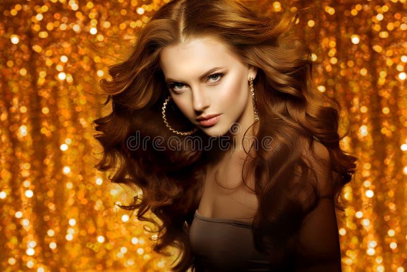 Mulher bonita dourada da forma, modelo com v longo saudável brilhante foto de stock royalty free