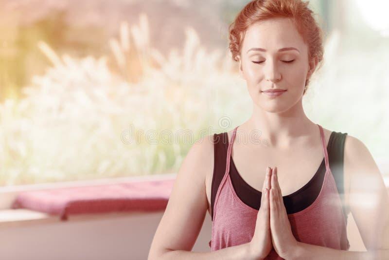 Mulher bonita durante a meditação imagem de stock royalty free