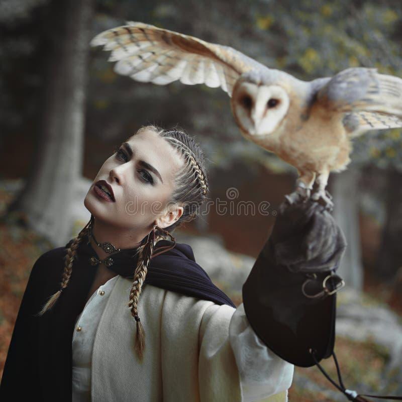 A mulher bonita e abre a coruja voada fotografia de stock