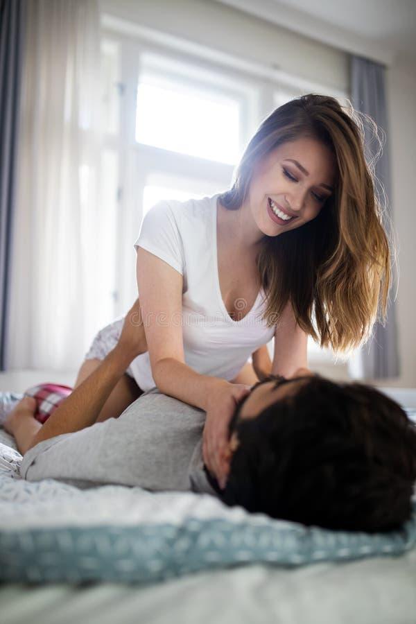 Mulher bonita e homem muscular considerável perto de se na pose erótica imagem de stock