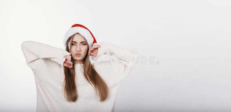 A mulher bonita e 'sexy' no chapéu de Santa faz uma cara do pato foto de stock royalty free