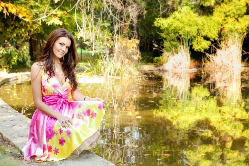 Mulher bonita elegante com vestido colorido fotografia de stock