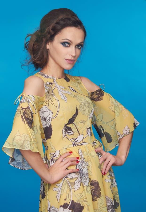 Mulher bonita elegante no vestido ocasional do verão imagem de stock