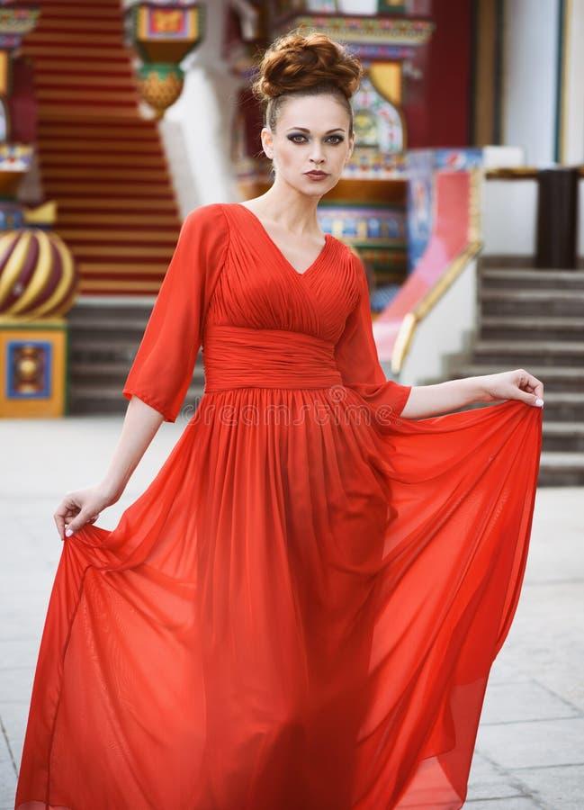 Mulher bonita elegante no vestido vermelho fotos de stock