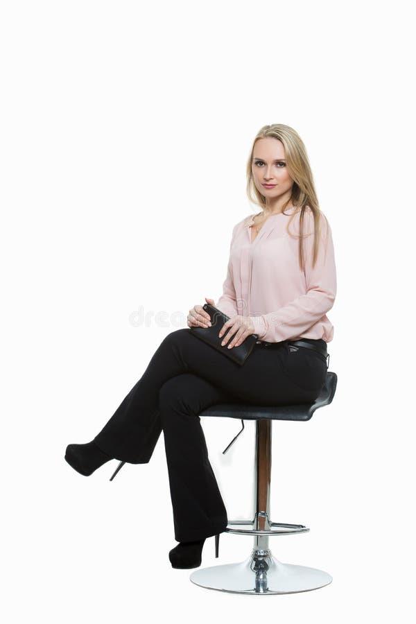 Mulher bonita elegante que senta-se em um contemporâneo imagens de stock royalty free