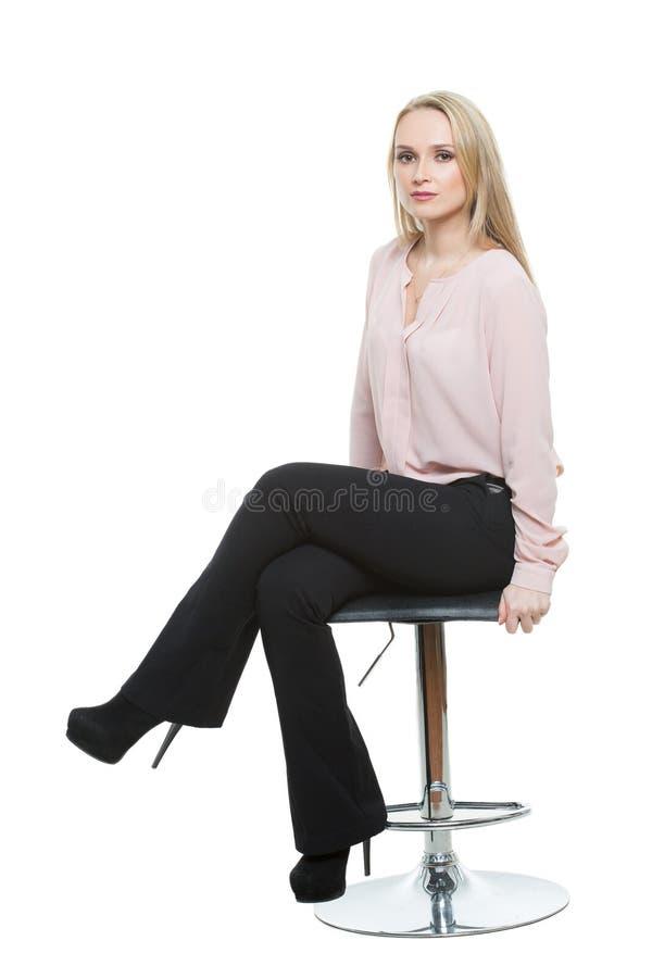 Mulher bonita elegante que senta-se em um contemporâneo foto de stock