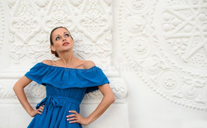 Mulher bonita elegante que veste o vestido azul imagens de stock