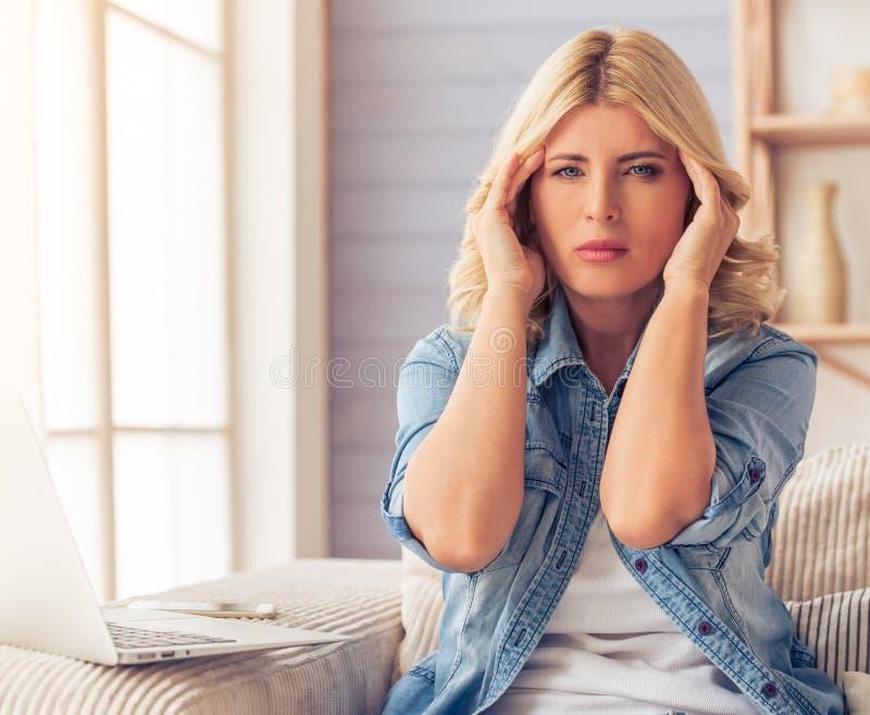 Mulher bonita em casa fotos de stock royalty free