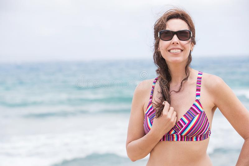 Mulher bonita em férias tropicais da praia da ilha fotografia de stock