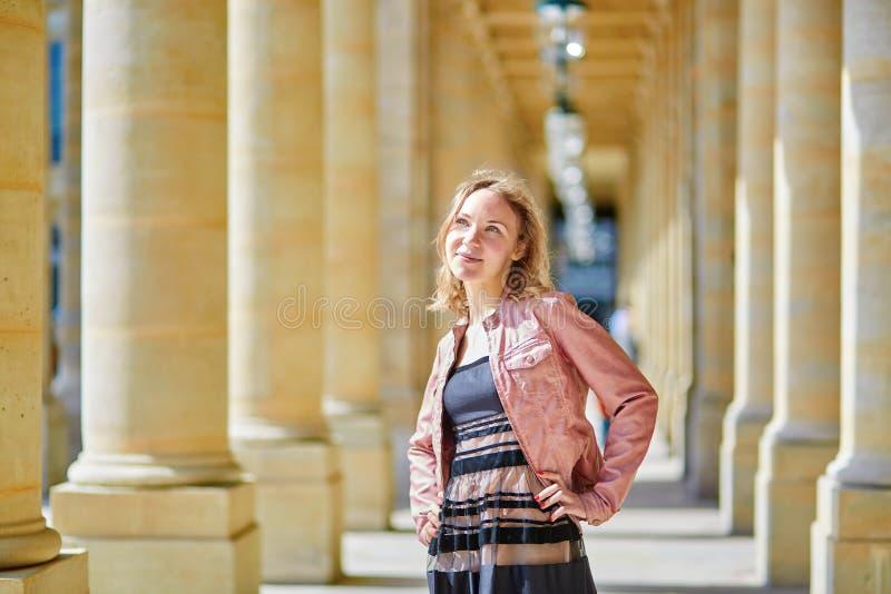 Mulher bonita em Palais Royale em Paris fotografia de stock