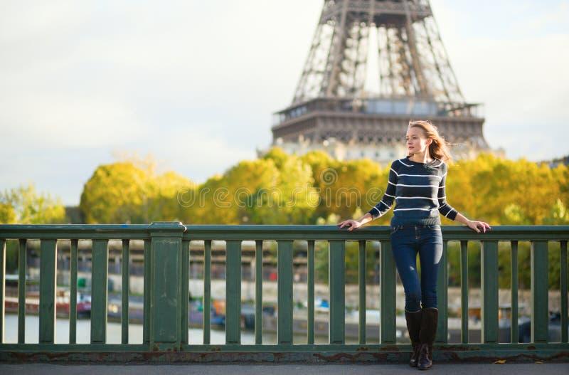 Mulher bonita em Paris em um dia da queda foto de stock royalty free