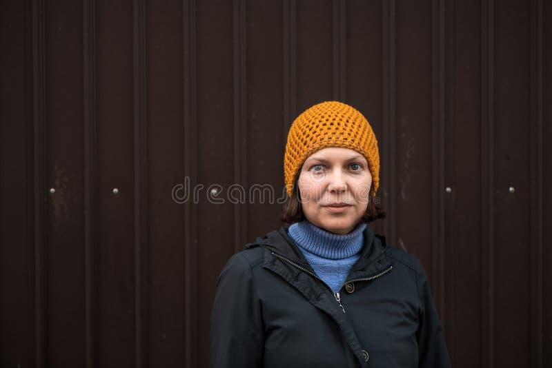 Mulher bonita em 40s, retro urbano do retrato tonificado imagens de stock