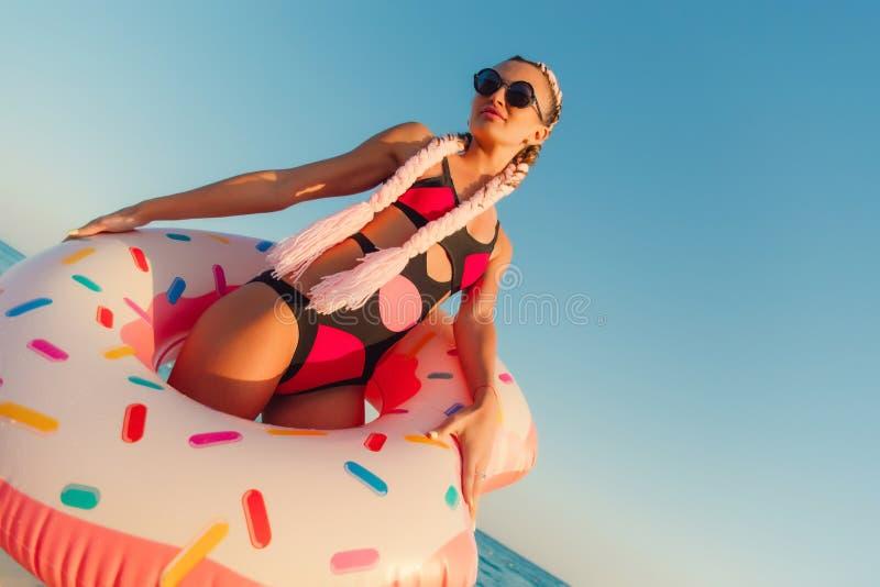 Mulher bonita em um anel de flutuação inflável fotos de stock