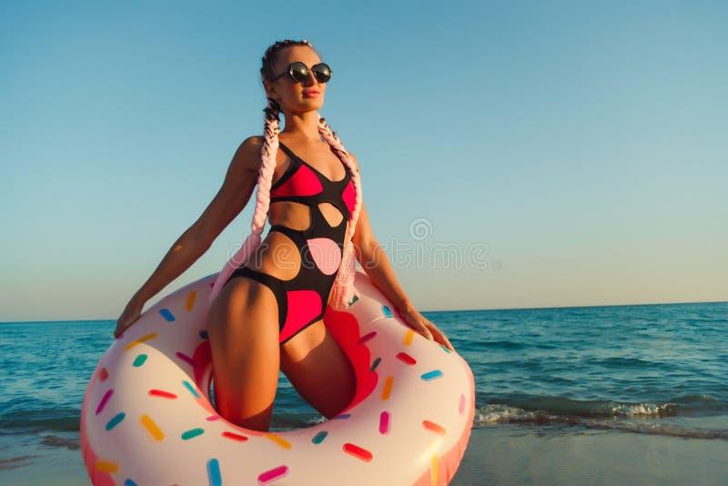 Mulher bonita em um anel de flutuação inflável foto de stock