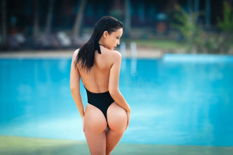 Mulher bonita em um biquini 'sexy' na praia fotos de stock royalty free