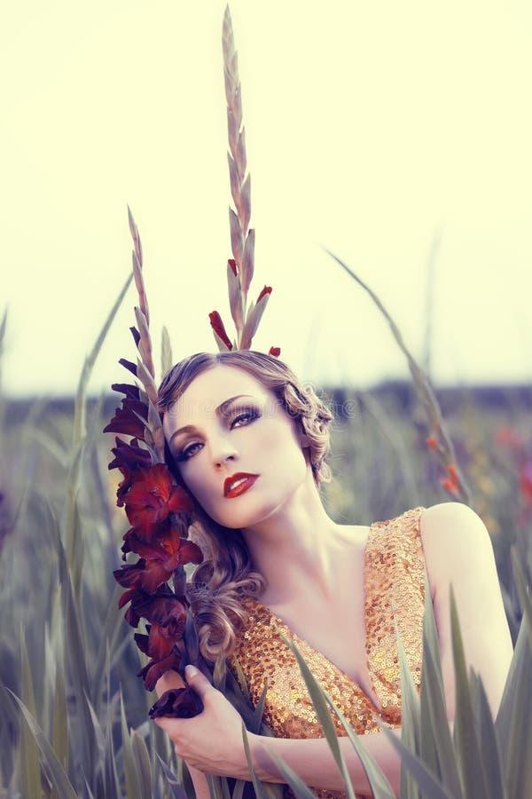 Mulher bonita em um campo de flor imagens de stock