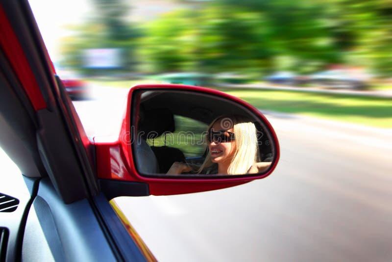 Mulher bonita em um carro imagem de stock