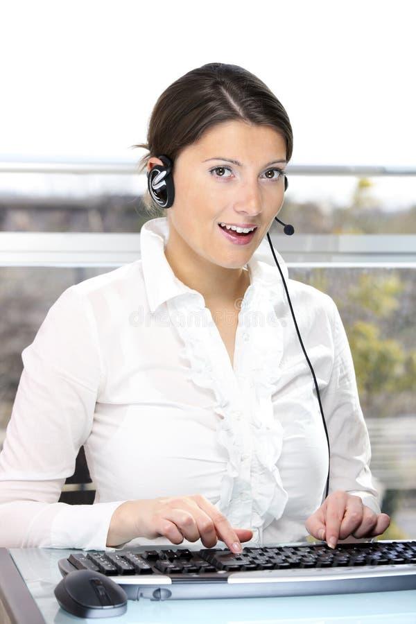 Mulher bonita em um centro de chamadas fotos de stock