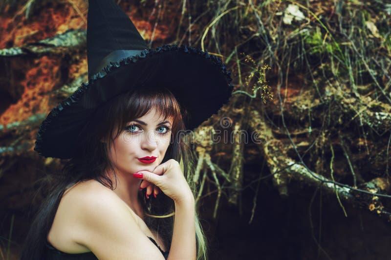 Mulher bonita em um chapéu da bruxa imagem de stock royalty free