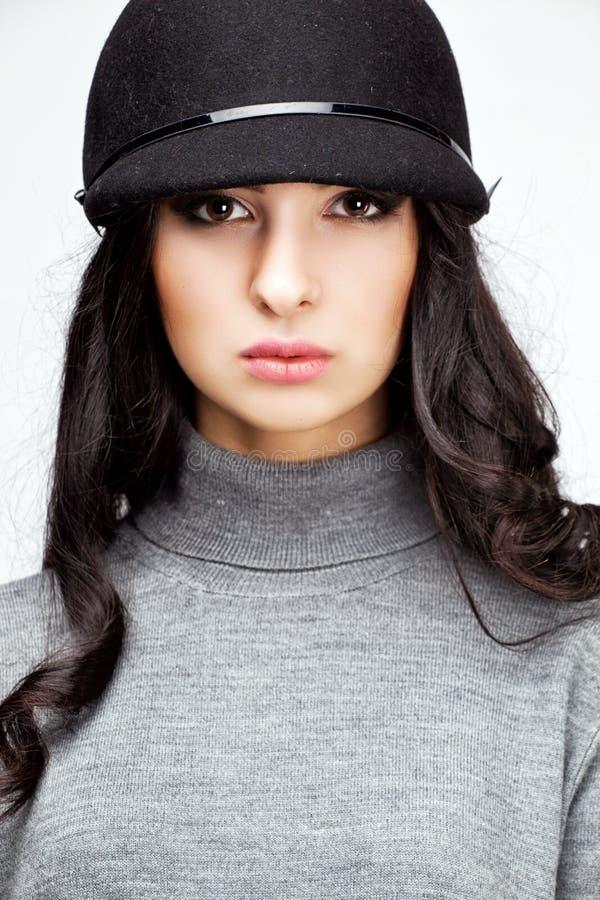 Mulher bonita em um chapéu e em calças imagens de stock royalty free