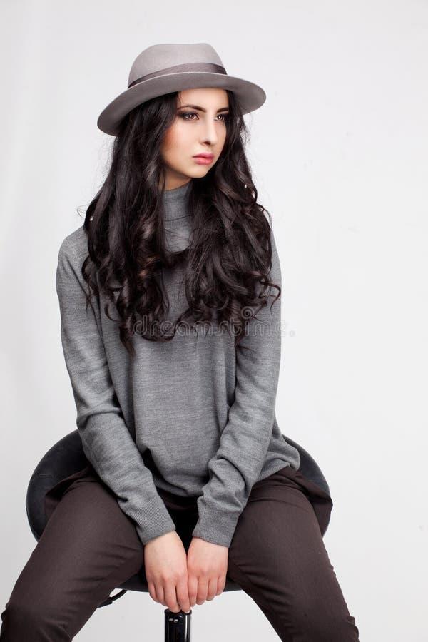 Mulher bonita em um chapéu e em calças fotos de stock