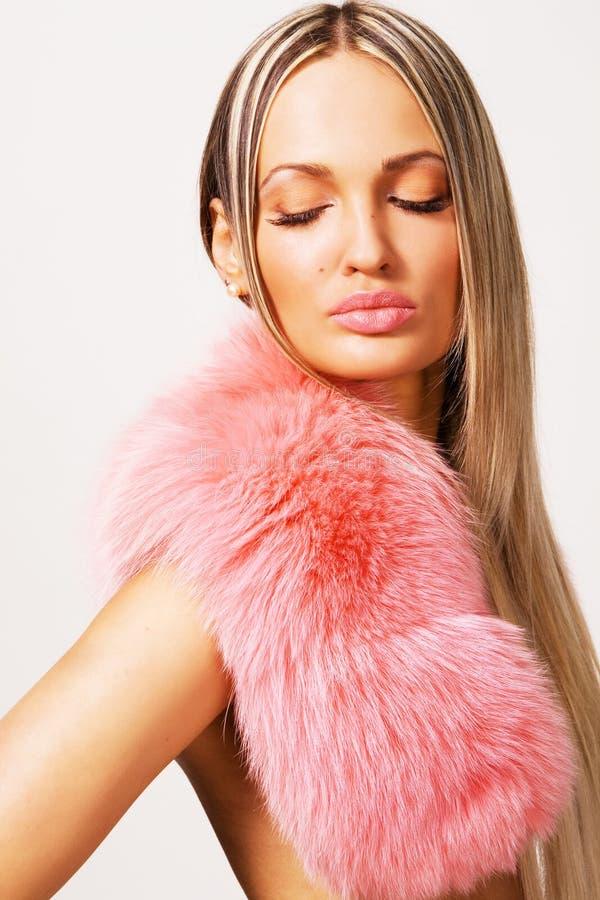 Mulher bonita em um colar cor-de-rosa da pele fotografia de stock