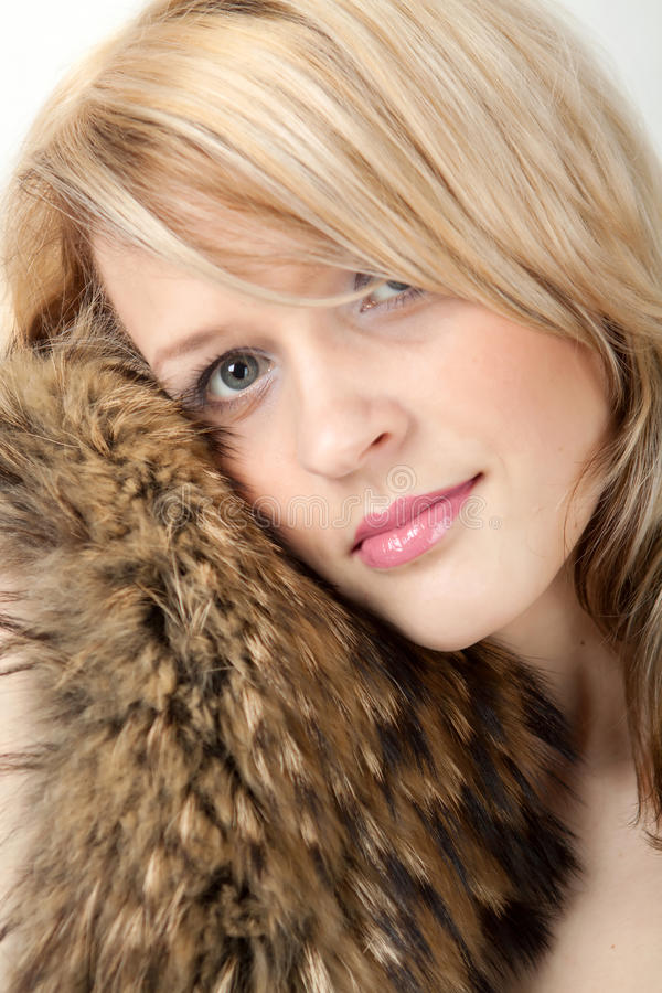 Mulher bonita em um colar da pele de raposa do revestimento imagens de stock