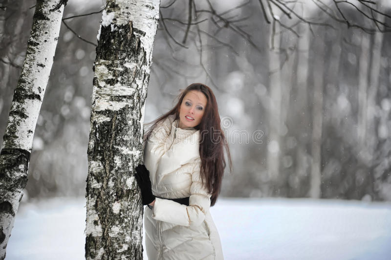 Mulher bonita em um parque fotografia de stock royalty free