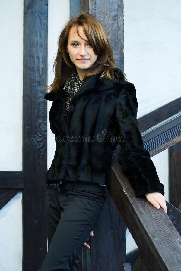 Mulher bonita em um patamar. imagem de stock royalty free