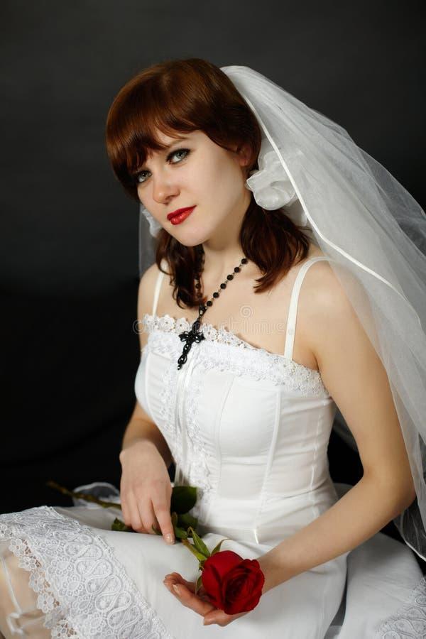 A mulher bonita em um véu com levantou-se imagens de stock