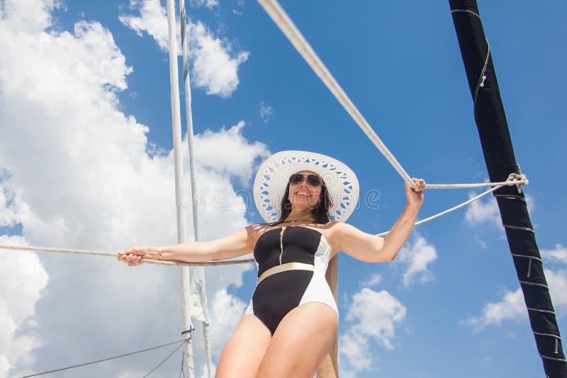 Mulher bonita em um veleiro luxuoso em um dia ensolarado em Cartagena de Índia imagem de stock