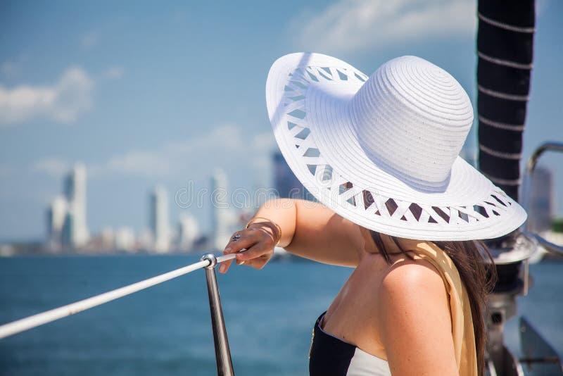 Mulher bonita em um veleiro luxuoso em um dia ensolarado em Cartagena de Índia imagem de stock royalty free