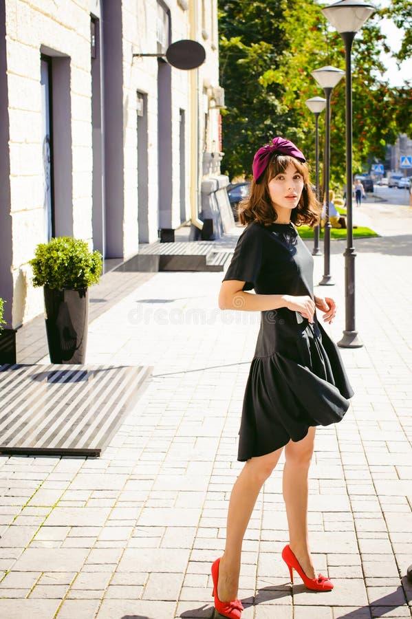 Mulher bonita em um vestido à moda escuro Retrato de uma menina elegante fotografia de stock royalty free