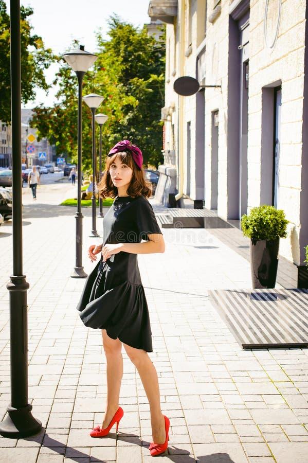 Mulher bonita em um vestido à moda escuro Retrato de uma menina elegante fotografia de stock