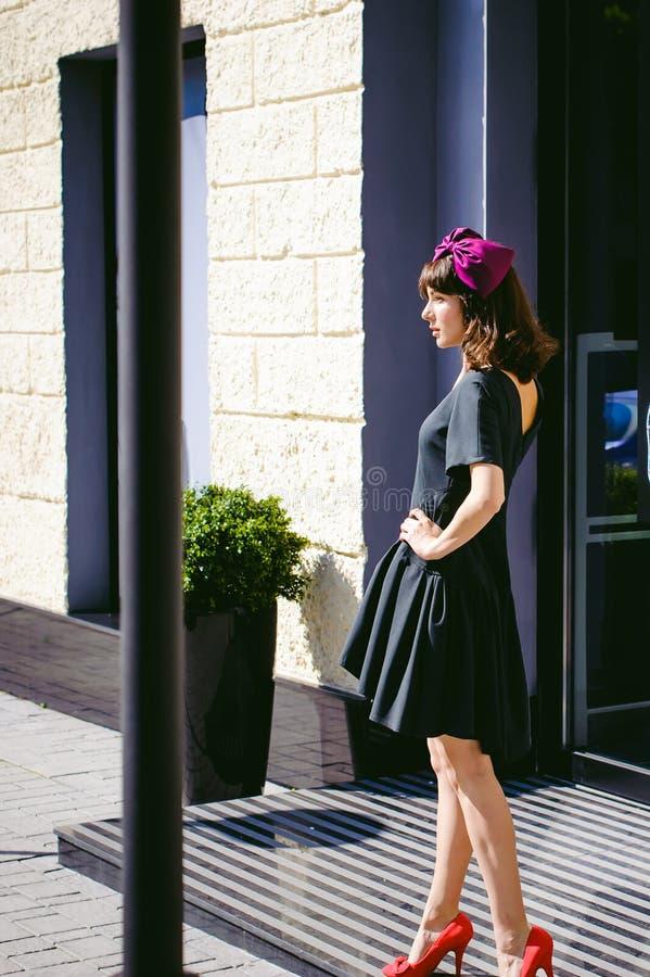 Mulher bonita em um vestido à moda escuro Retrato de uma menina elegante imagem de stock royalty free