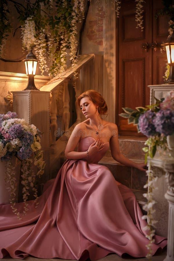 Mulher bonita em um vestido cor-de-rosa luxuoso imagem de stock